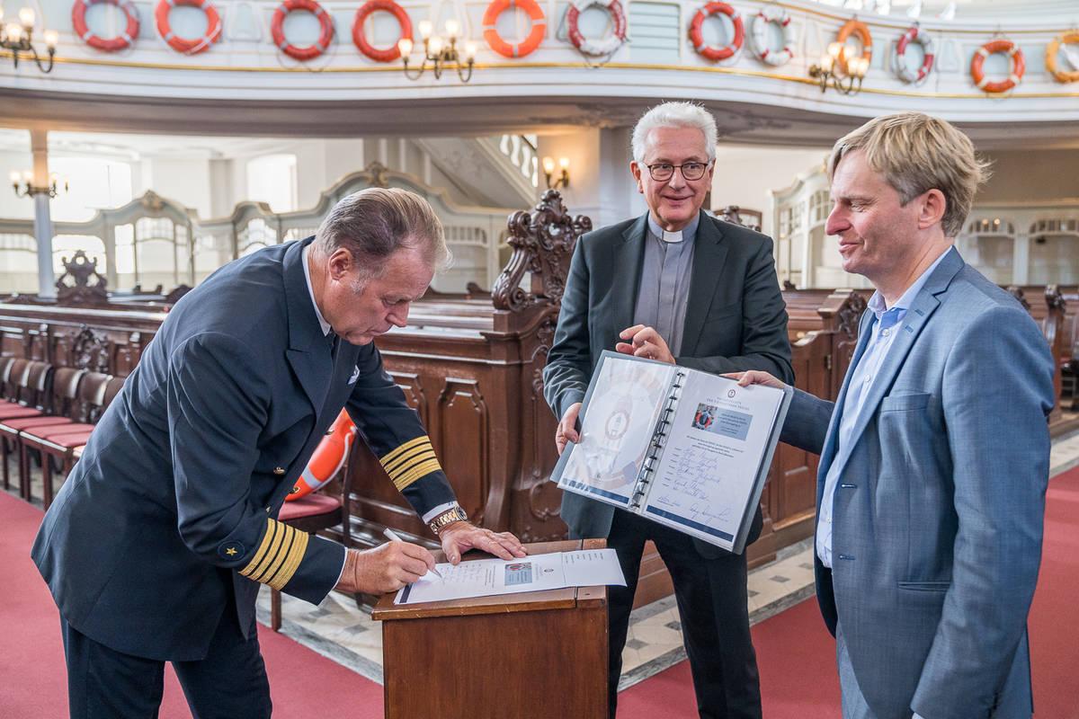 Pressekonferenz mit der Übergabe von zwei weiteren Rettunsgringen, einmal die PANIK-Barkasse ENNSTAL, mit Hubert Neubacher, Inhaber von Barkassen-Meyer. Der zweite Rettungsring, der MS Europa, wird von Kapitän Dag Dvergastein an Hauptpastor Alexander R