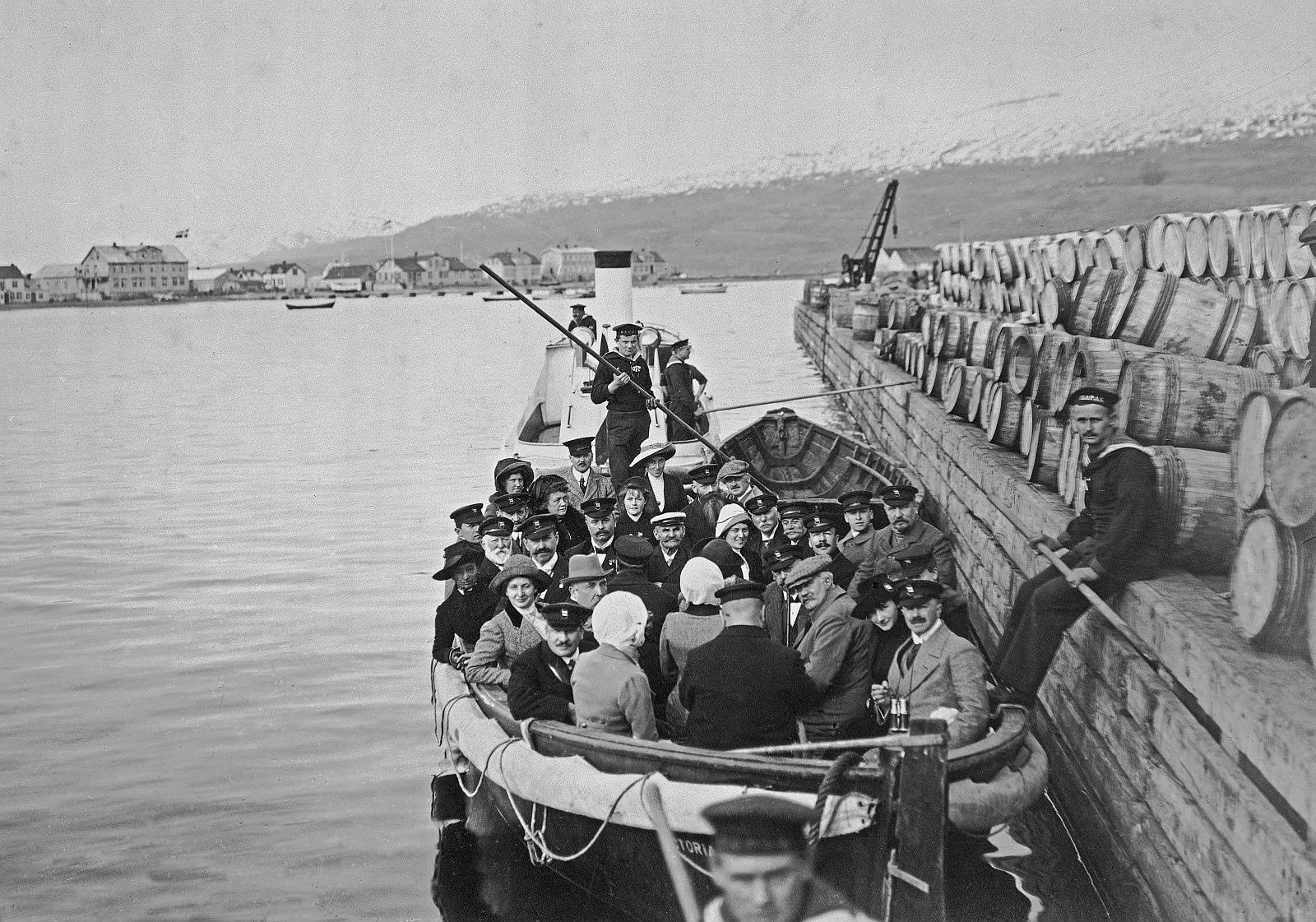 """Akureyri (Island). Hafen im Eyjafjord. Einbooten der Passagiere des Hochseepassagierdampfers """"Victoria Luise"""". Blick auf Beiboot und Barkasse (Dampfboot) am holzbeplankten Kai"""