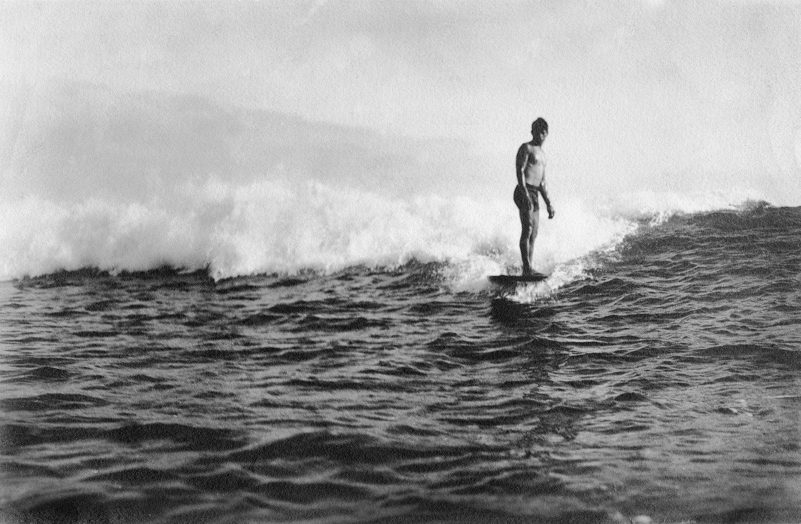 Honolulu, USA. Junger Surfer in den Pazifikwellen vor der Stadt