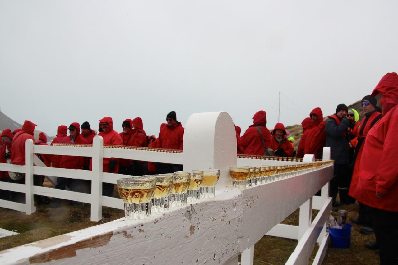 Antarktis_Kreuzfahrt_Bremen_Grytviken_Schnaps_Grab_pushreset