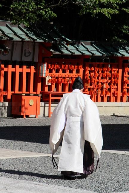 Shinto Priester im Fushimi Inari