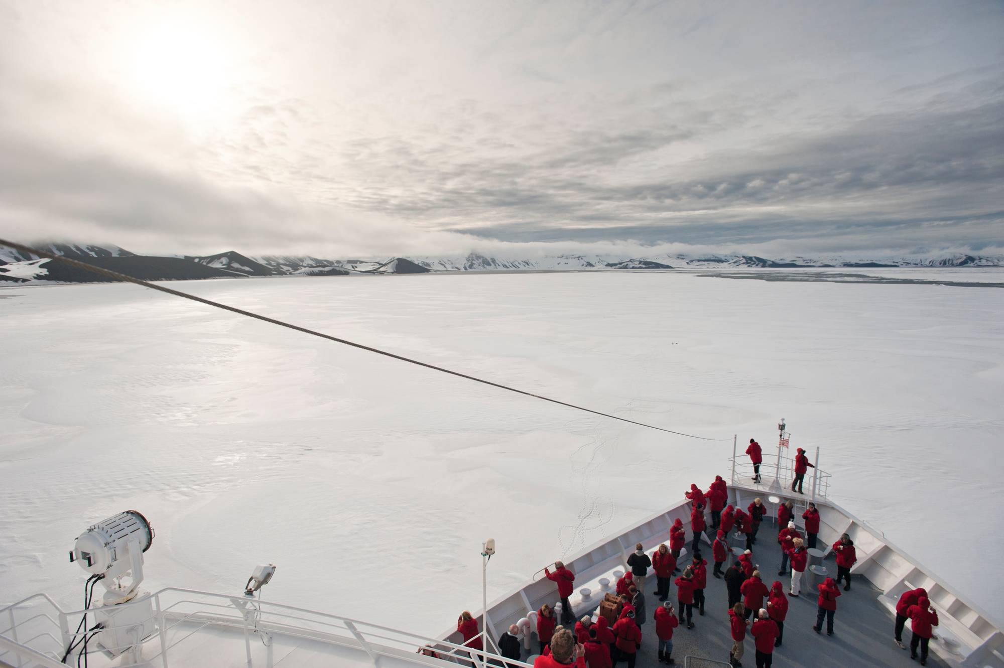 Antarktis 2011: Deception Island. MS Bremen im Eis.