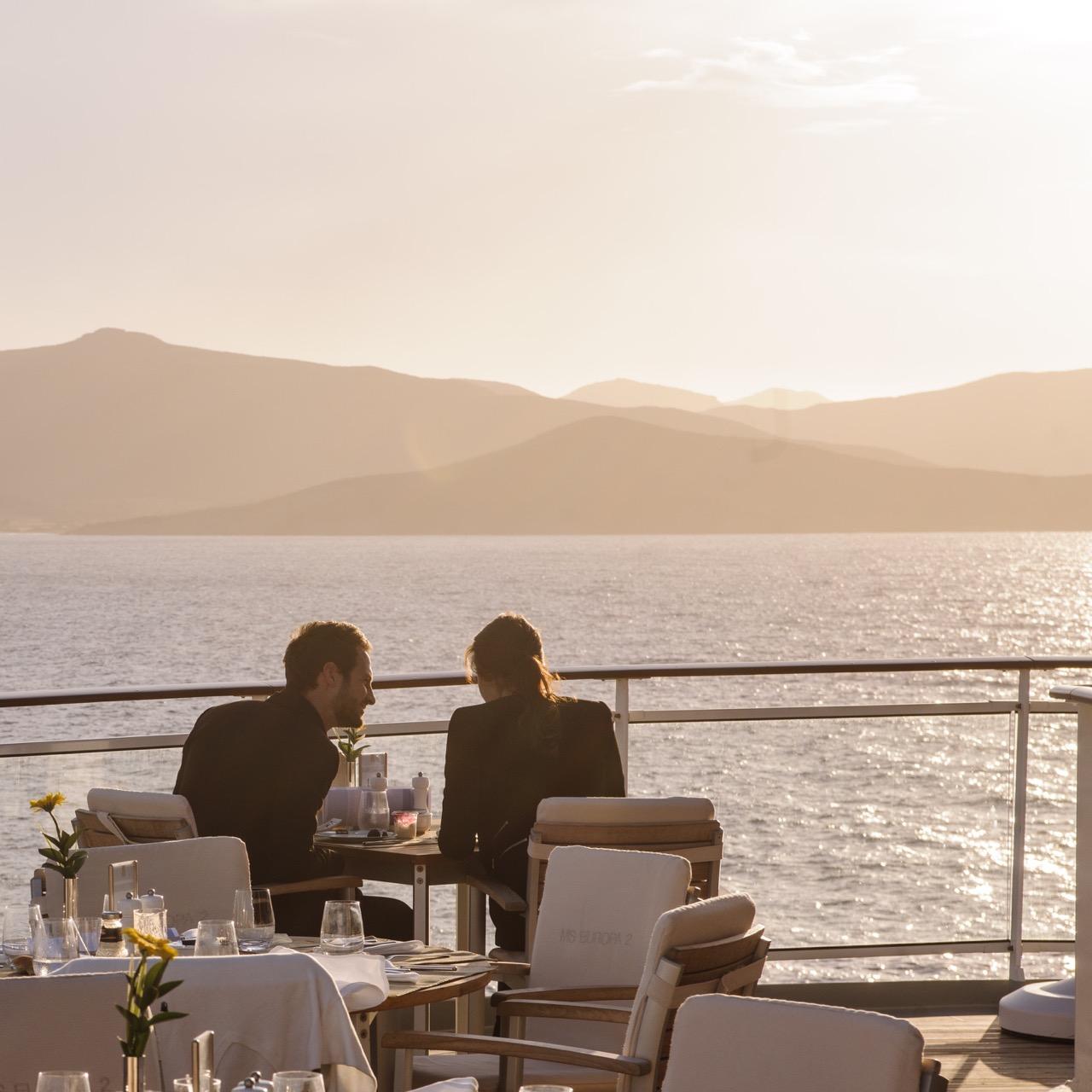 Deutschland, MS Europa 2: Abendstimmung im Yacht-Club.