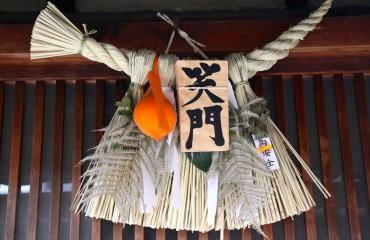 14 Schutz vor einem Haus in Gion