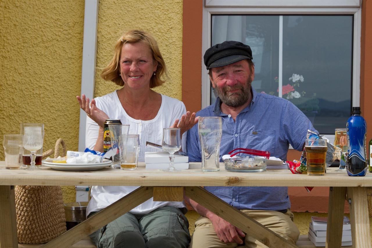 Tory's Inselschreiber beim arbeiten vor dem lokalen Pub