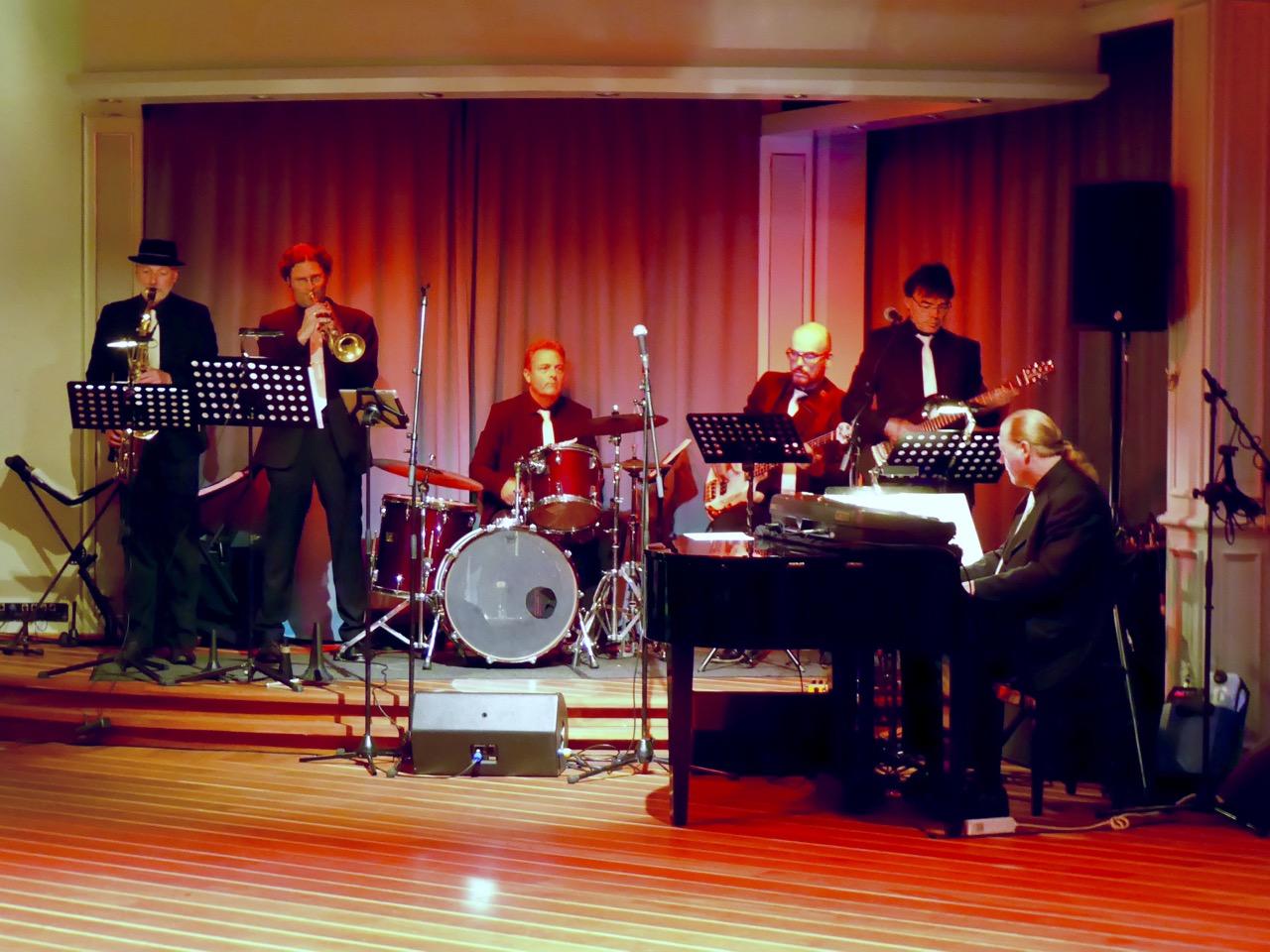 Tanzmusik auf der Bühne des Gatsby's