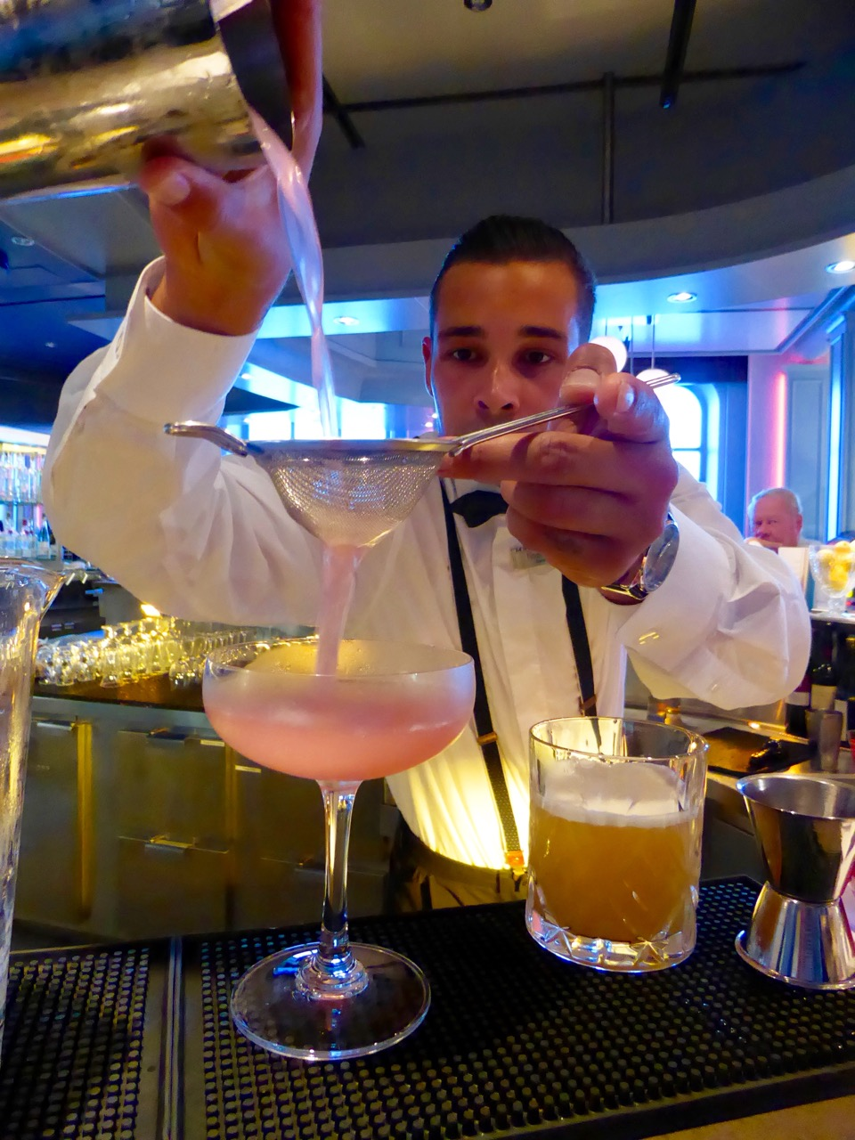Gatsby's Barkeeper Noah Winter in Aktion
