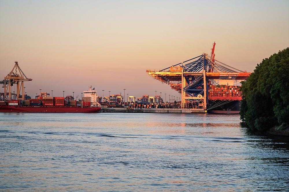 2017 Containerhafen im Abendlicht