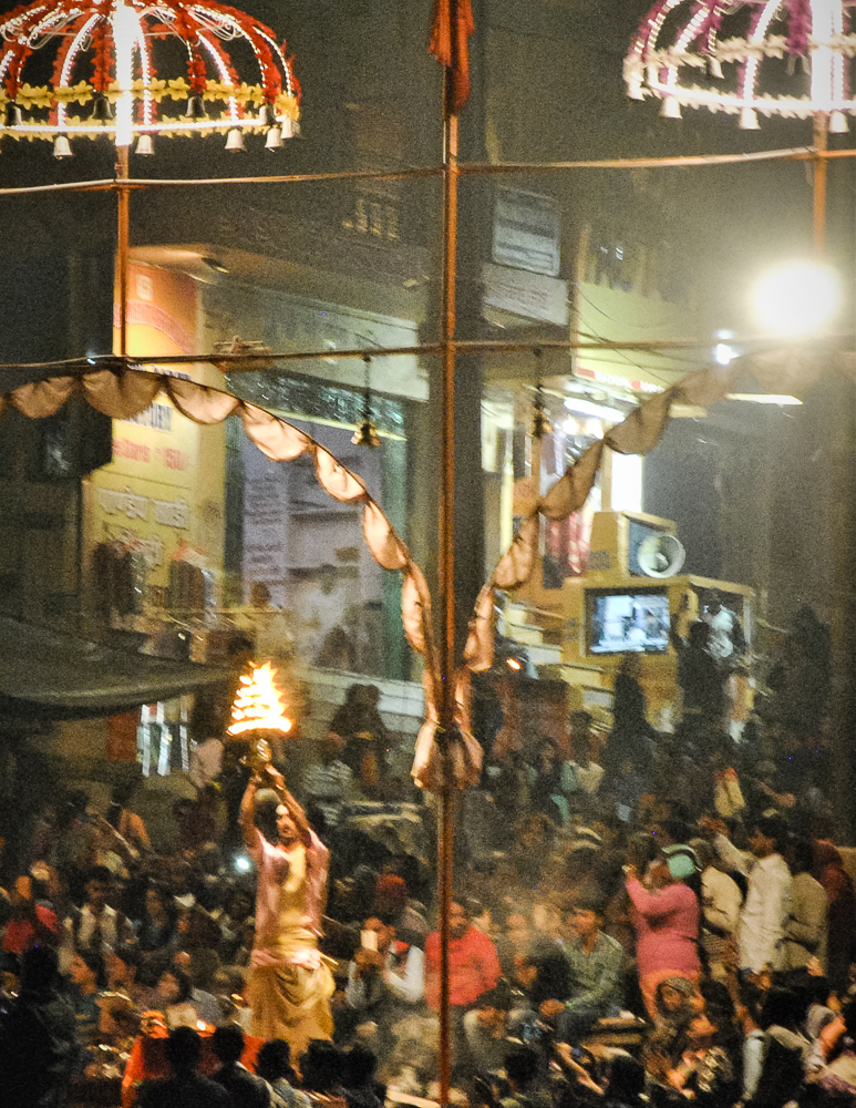 Aarti-Zeremonie abends in Varanasi-7