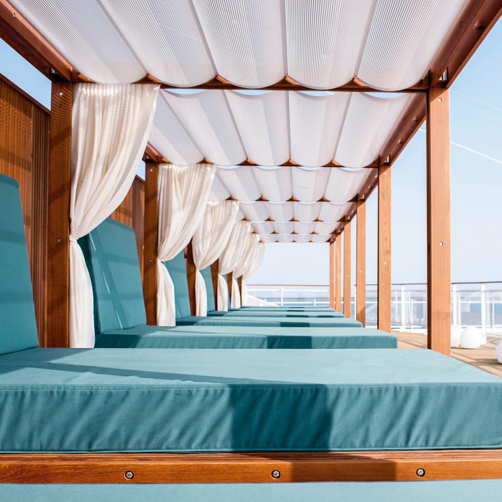 """MS Europa 2: Shakedown Cruise von Le Havre (Frankreich) nach Amsterdam (Niederlande), 1.-3. Mai 2013. """"Daybed"""" achtern auf Deck 10."""